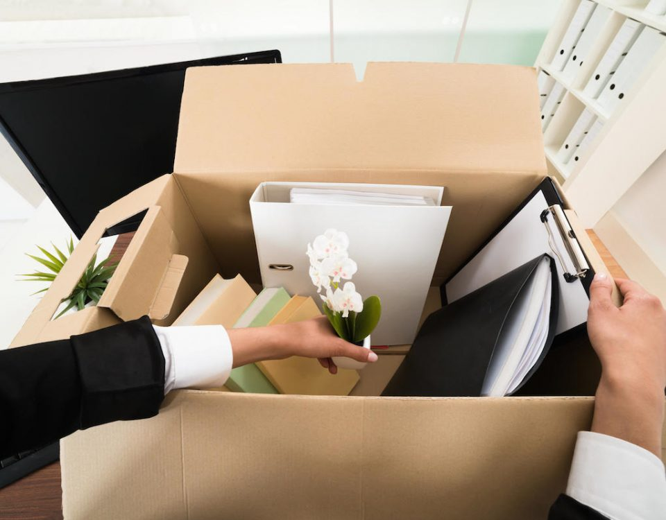 renuncia-trabajador-trabajando-empresa